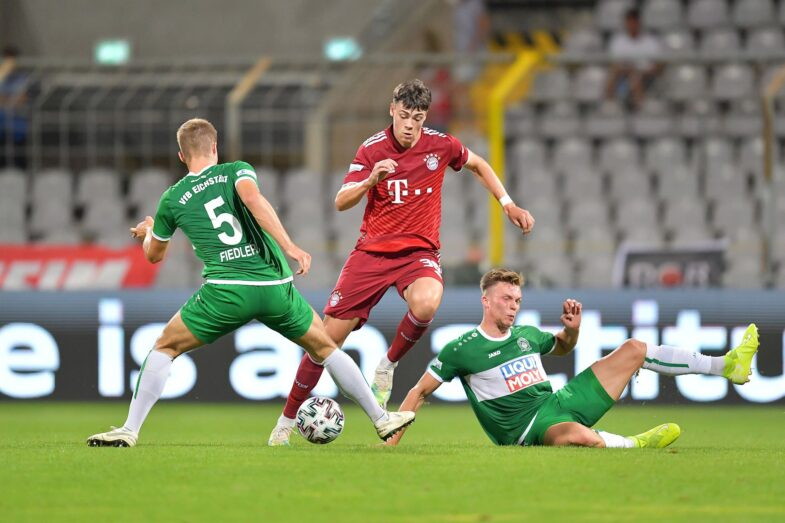 <strong>Kaum zu stoppen</strong> waren für die VfB-Defensive Marcel Wenig und seine Teamkollegen des FC Bayern München II – hier gelingt es Johannes Fiedler (links) und Tobias Stoßberger (rechts). Am Ende aber stand es 6:3. Fotos: Traub